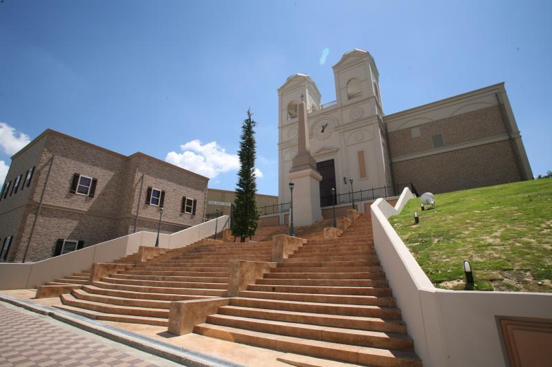 映画「ローマの休日」で有名なスペイン広場をイメージしたヴェルージュの外観。大階段での演出が映画の1シーンへお二人を導きます。