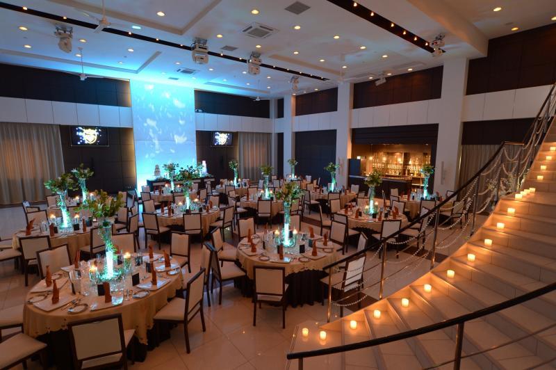 プライぺートガーデン・バーカウンター・オープンキッチン併設の バンケットルーム AVENTINO ~アヴェンティーノ~ 150インチの大スクリーンも設備。