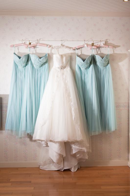 約300着の品揃えの衣裳。 アヤナチュールやルージュドBENIを含むデザインドレスも多数揃えています。