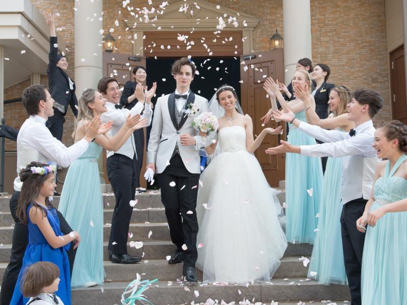 挙式の後はフラワーシャワーで祝福を!! 大階段でのセレモニーは圧巻です。