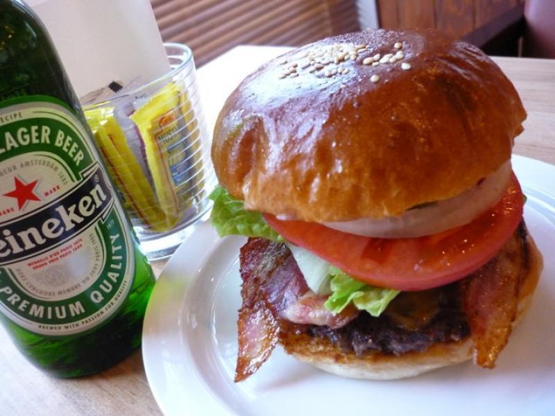 自家製ハンバーガーは、お肉がジューシーでバンズ自体にも味がついているのでそのまま食べても美味しい♪ 人気のメニューです☆