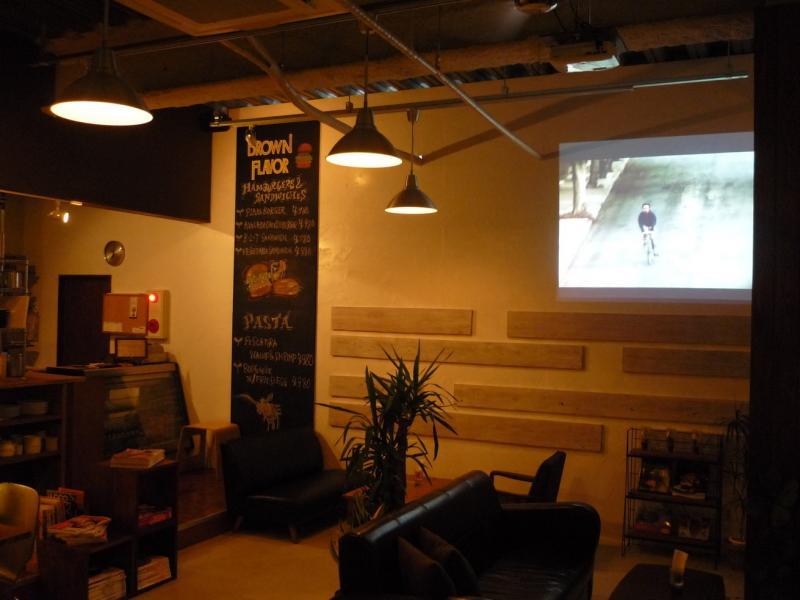 店内には、DVDプレイヤーやプロジェクターなどが完備されているので、映像演出もできます。貸出は無料です。